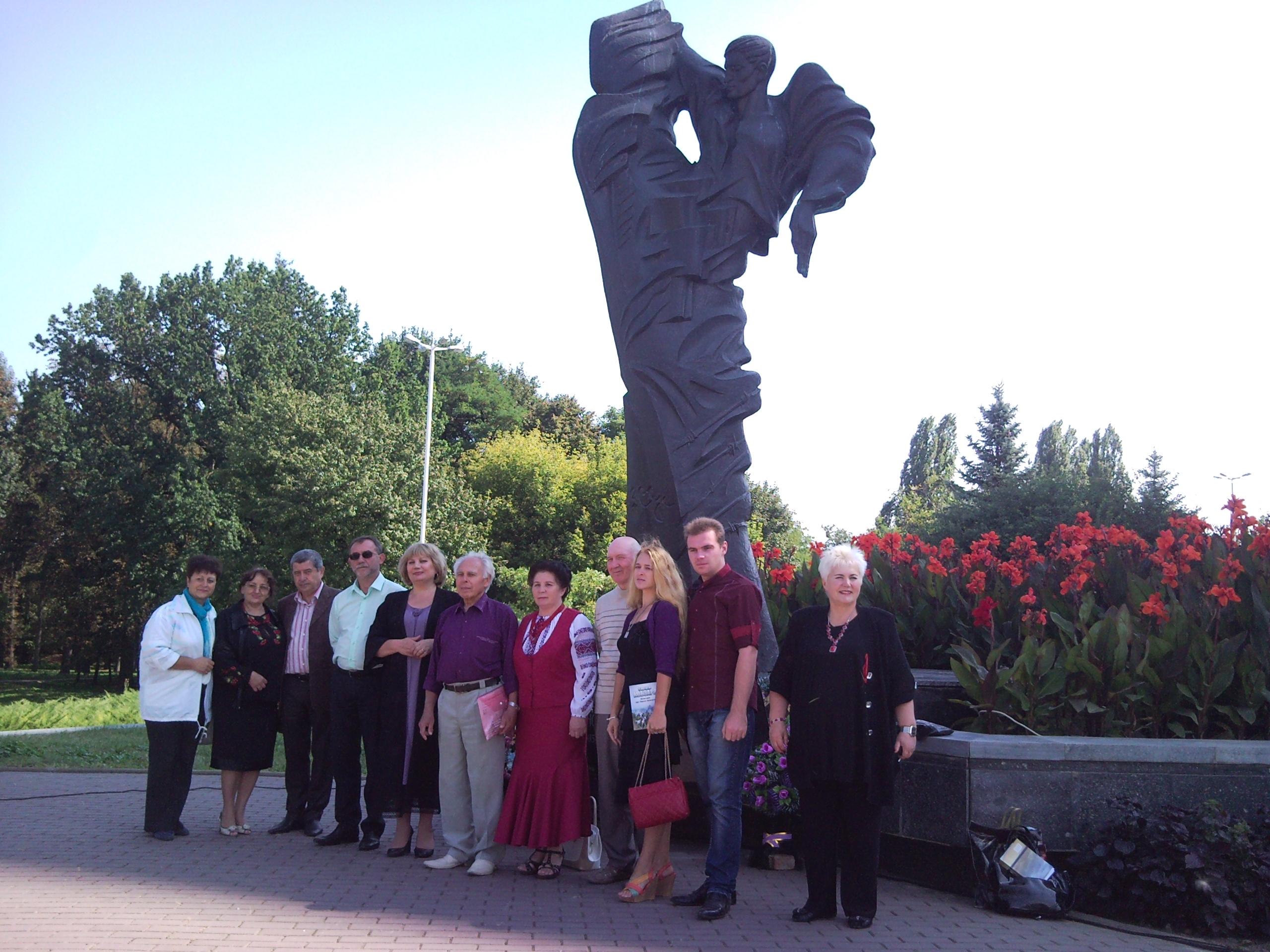 Вінницкі письменники біля памятника Стусу