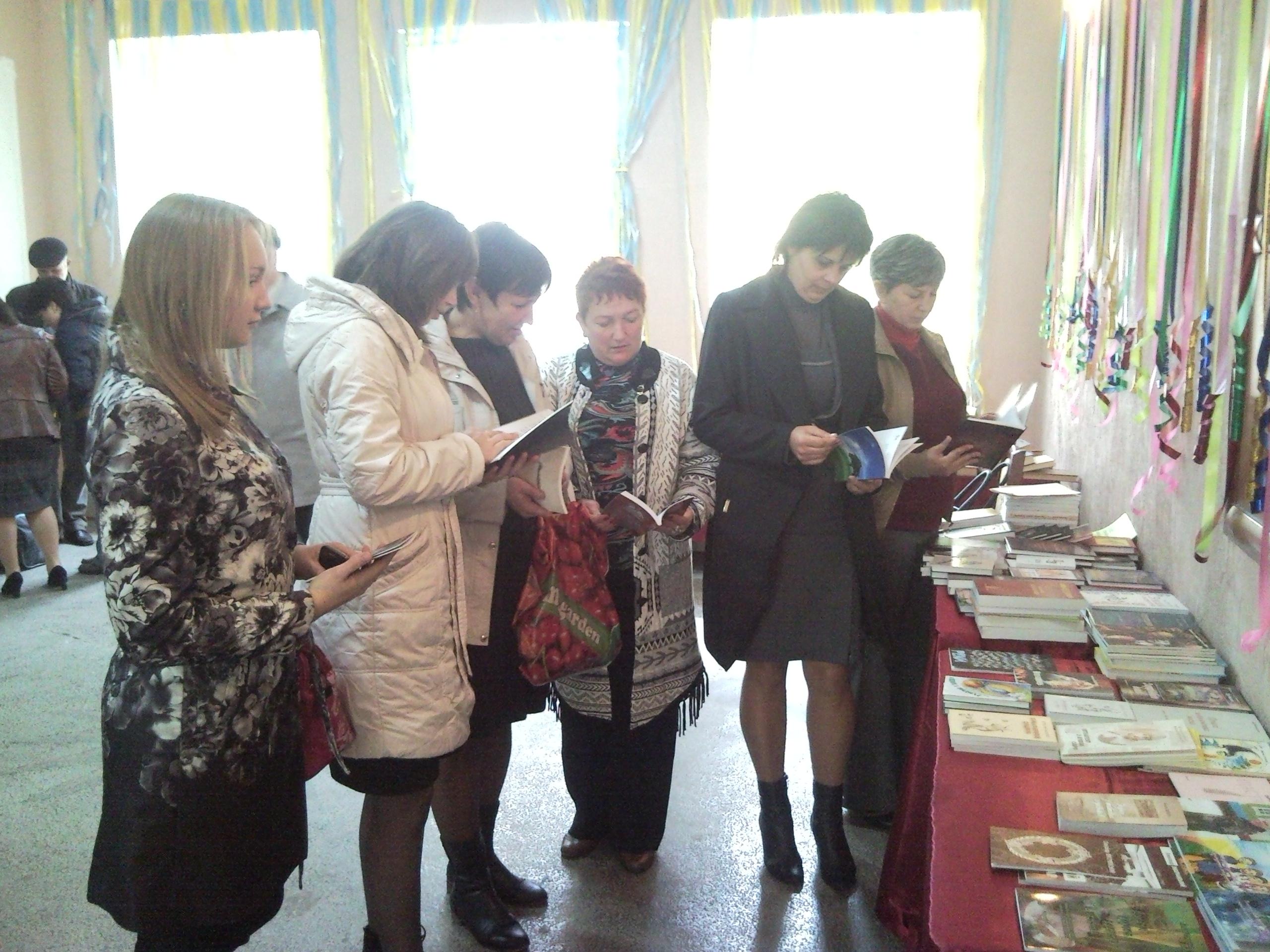 Відвідувачі книшкового ярмарку в Тростянці
