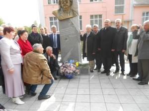 Письменники біля погруддя В. Забаштанського