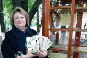 С. М. Василюк з книгами вінницьких авторів
